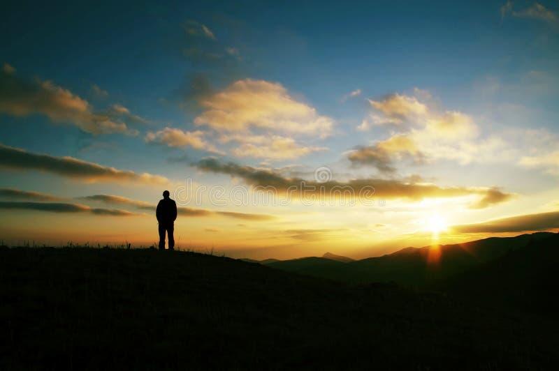 De mensen silhouetteren op zonsondergang royalty-vrije stock foto's