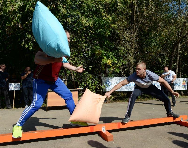 De mensen slaan hoofdkussens bij een sportenfestival royalty-vrije stock afbeeldingen