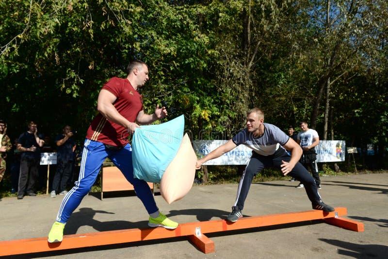 De mensen slaan hoofdkussens bij een sportenfestival royalty-vrije stock foto's
