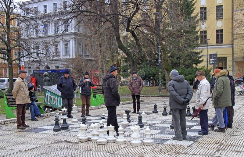 De mensen spelen schaak met reusachtige cijfers openlucht in Sarajevo royalty-vrije stock foto's