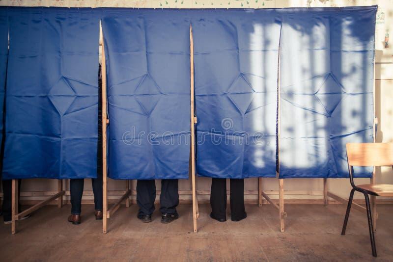 De mensen stemmen in stemhokje royalty-vrije stock foto