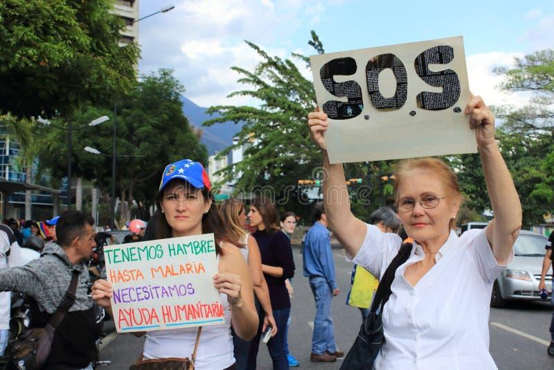 De mensen in de straten als wanhoop en woede spreiden onder Venezolanen uit stock foto