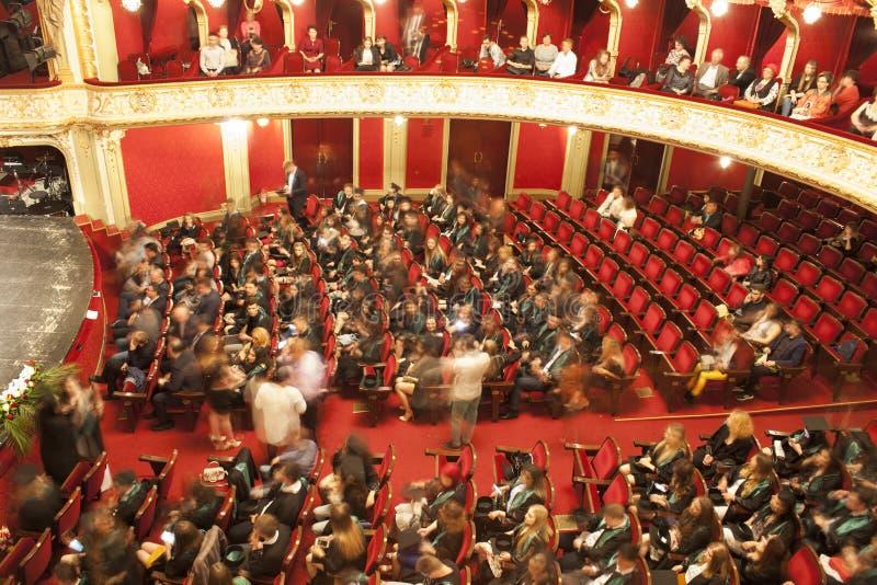 De mensen in theaterzaal bij graduatie tonen voor collage Nationaal Theater in Iasi, Roemenië stock afbeeldingen