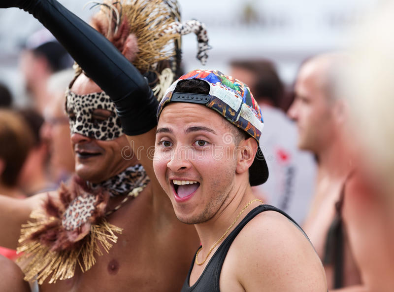 De mensen tijdens Vrolijke trots paraderen in Sitges stock fotografie