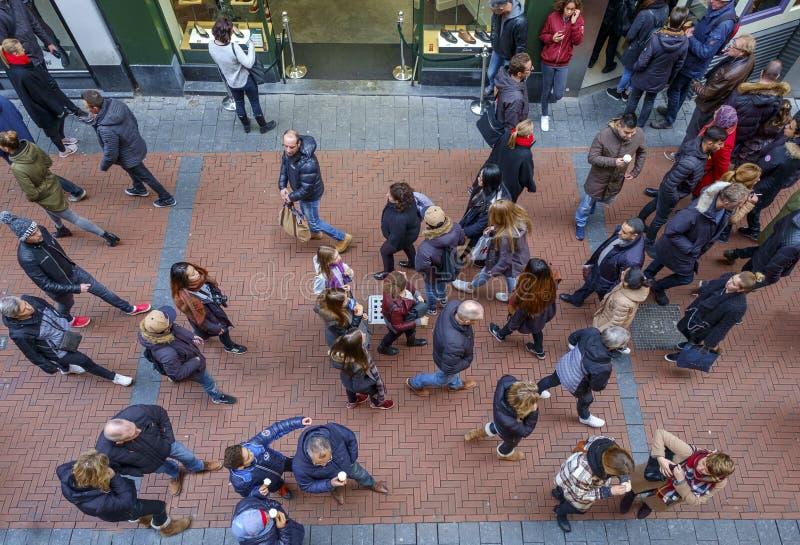 De mensen van Amsterdam Nieuwendijk van hierboven royalty-vrije stock afbeeldingen