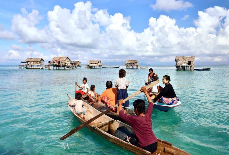 De mensen van Bajaulaut paddelen boten dichtbij Mabul-Eiland royalty-vrije stock fotografie