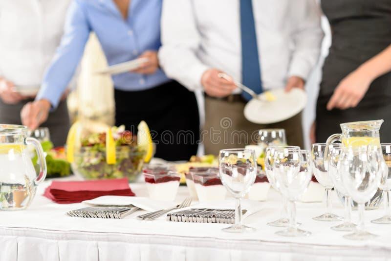 De mensen van de bedrijfscateringsdienst op vergadering