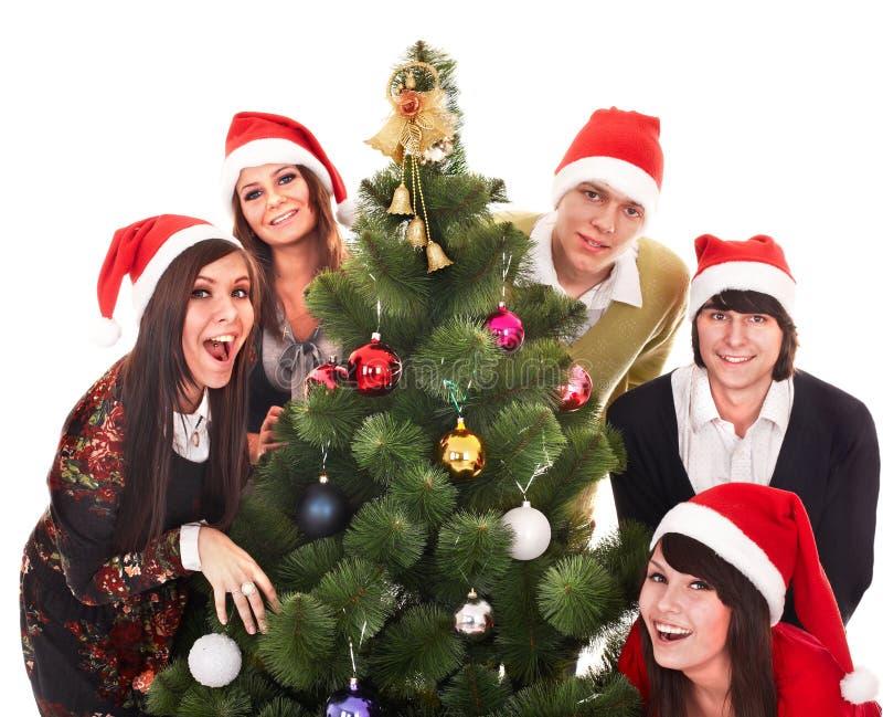 De mensen van de groep in santahoed met Kerstmisboom stock afbeelding
