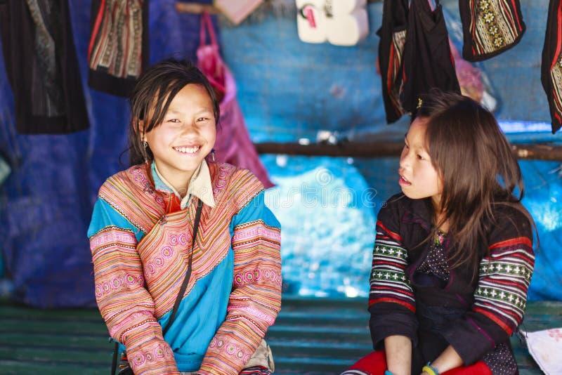 De mensen van de Hmongvrouw bedragen kleurrijke kostuum handel van landbouwproducten LAOCAI stock afbeelding