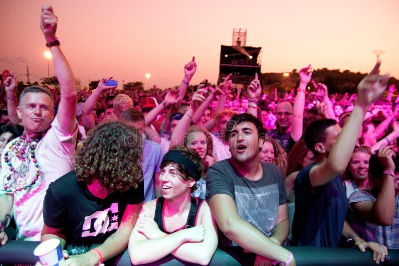 De mensen van de menigte (ventilators) letten op een overleg bij FIB Festival royalty-vrije stock afbeelding