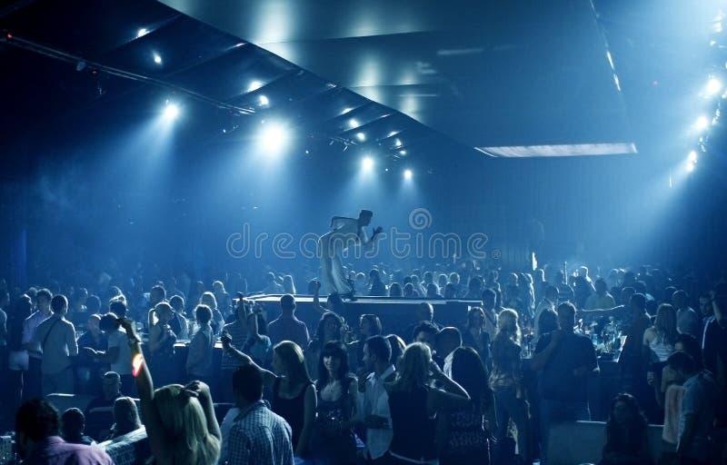 De mensen van de partij in de nachtclub royalty-vrije stock afbeeldingen