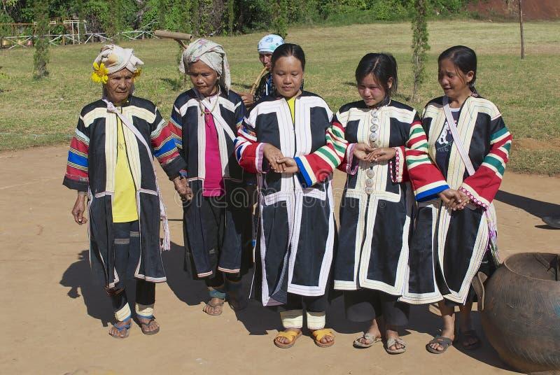 De mensen van de Zwarte Lahu-heuvelstam voeren traditionele dans uit dragend traditionele stammenkleding in Mae Hong, Thailand royalty-vrije stock fotografie