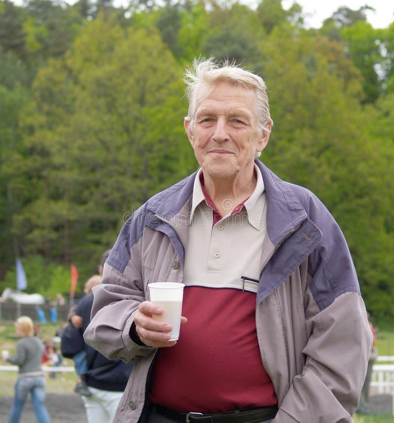 De mensen van Eldery met pot van bier stock fotografie