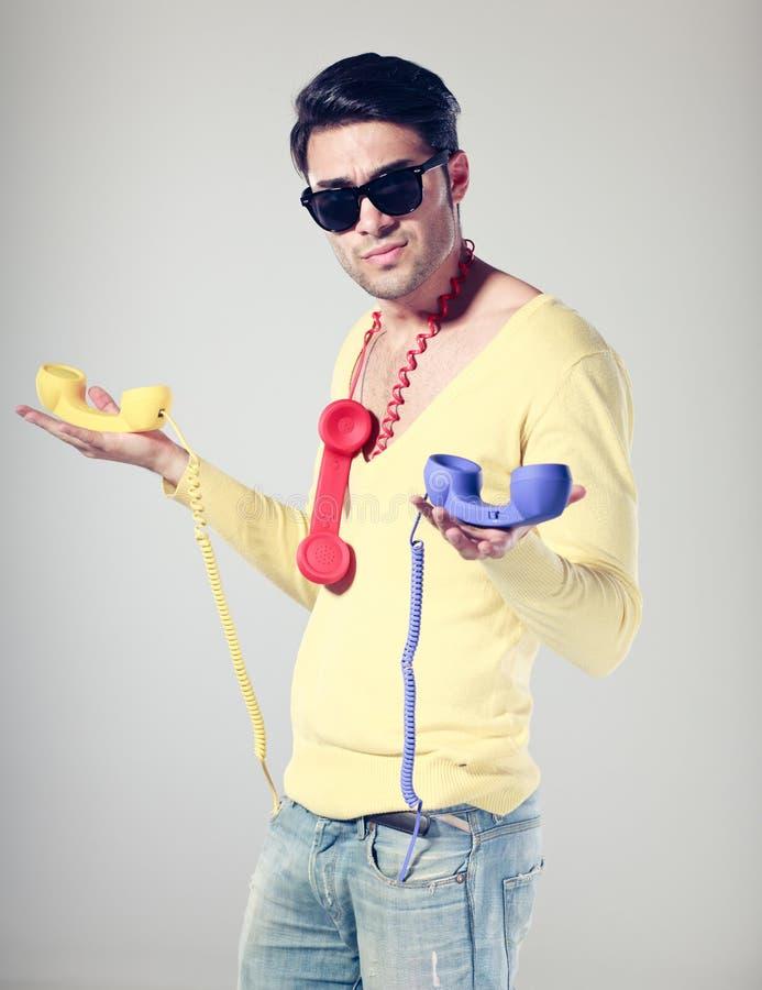 De mensen van Handsom en grappige kerel met kleurrijke telefoons royalty-vrije stock afbeeldingen