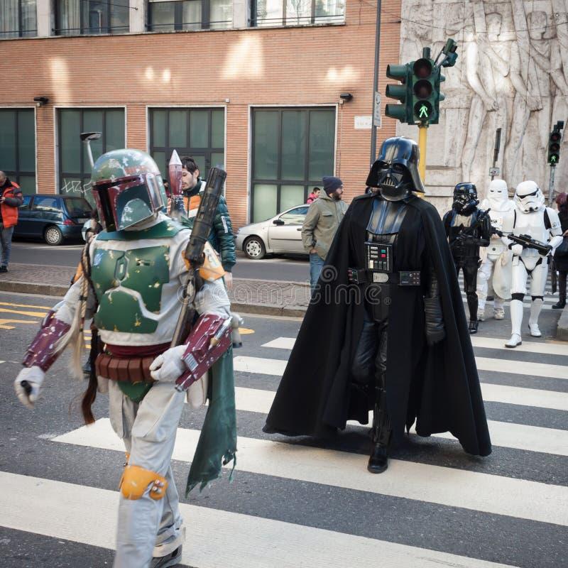 De mensen van 501ste Legioen nemen aan de Star Wars-Parade in Milaan, Italië deel royalty-vrije stock afbeelding
