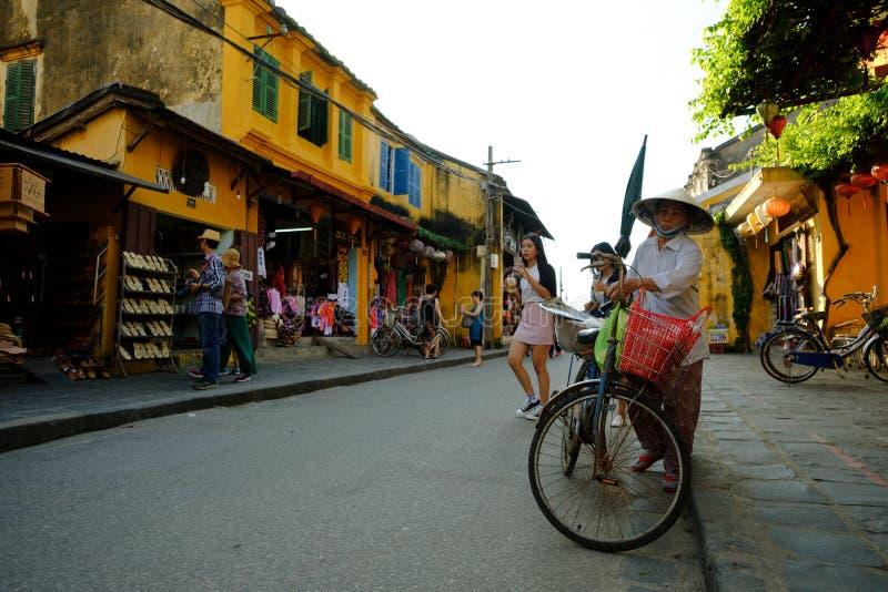 De mensen van Vietnam, Vietnamese ritfiets tijdens zonsopgang in tra stock fotografie