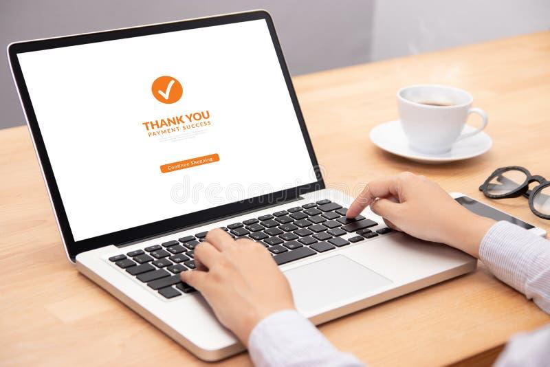 De mensen verrichten transactiebetaling voor het winkelen online via website op laptop computer met succesvolle het schermbetalin royalty-vrije stock afbeeldingen
