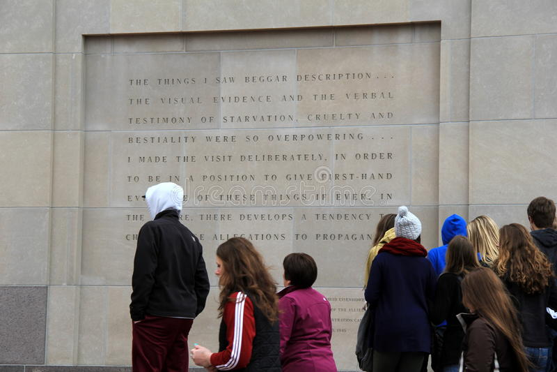 De mensen verzamelden zich dichtbij gegraveerde muur buiten het de Holocaust Herdenkingsmuseum van Verenigde Staten, Washington,  royalty-vrije stock foto's