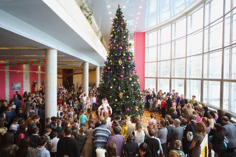 De mensen verzamelen zich bij Nieuwjaarboom stock foto