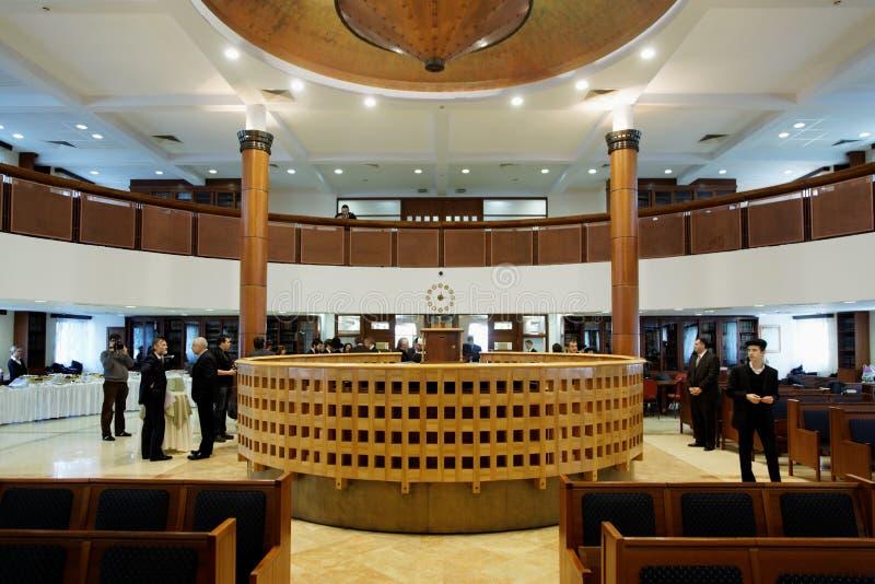 De mensen verzamelen zich in Moskou synagoge Beis Menachem stock fotografie