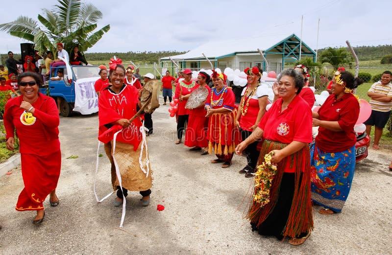 De mensen vieren aankomst van Fuifui Moimoi op Vavau-eiland in Tonga stock fotografie