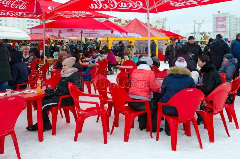 De mensen vieren Shrovetide Openluchtkoffie en handeltenten, Gomel, Wit-Rusland stock foto's