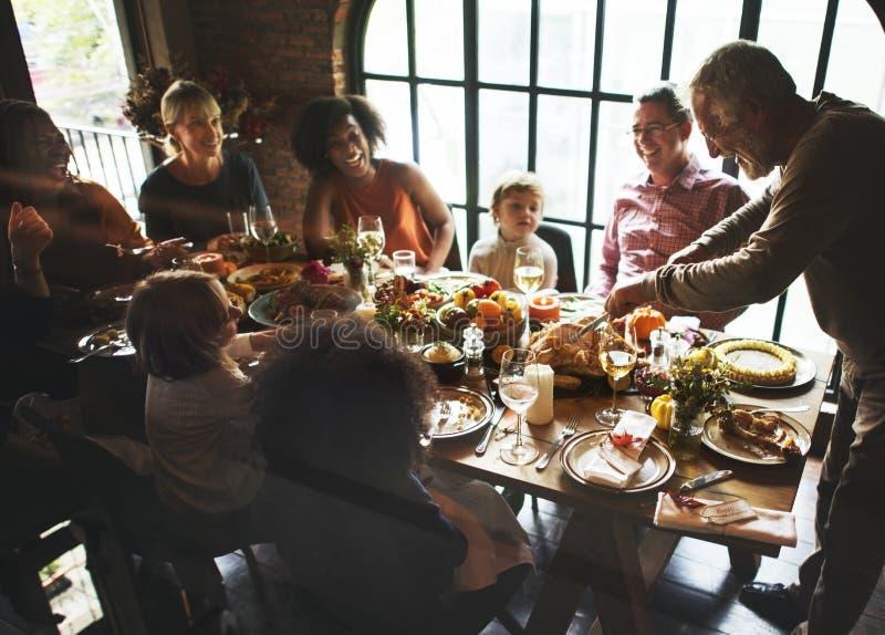 De mensen vieren Thanksgiving day royalty-vrije stock afbeeldingen