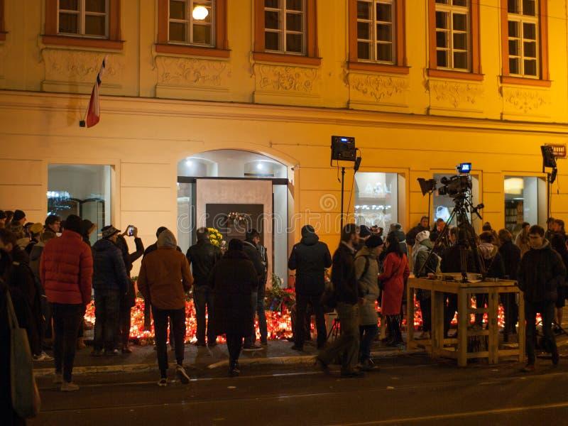 De mensen vieren Vrijheid en Democratiedag en ook de Dag van Internationale Studenten in een straat dicht bij het Nationale Theat stock afbeelding