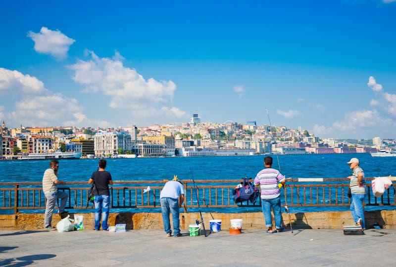 De mensen vissen dichtbij de Galata-brug Istanboel op 24 Augustus, 2013 royalty-vrije stock afbeeldingen
