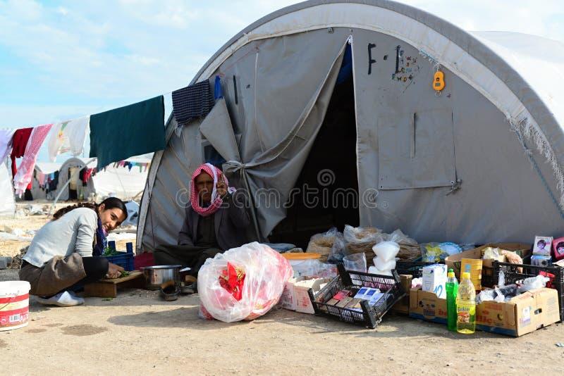 De mensen in vluchteling kamperen royalty-vrije stock foto