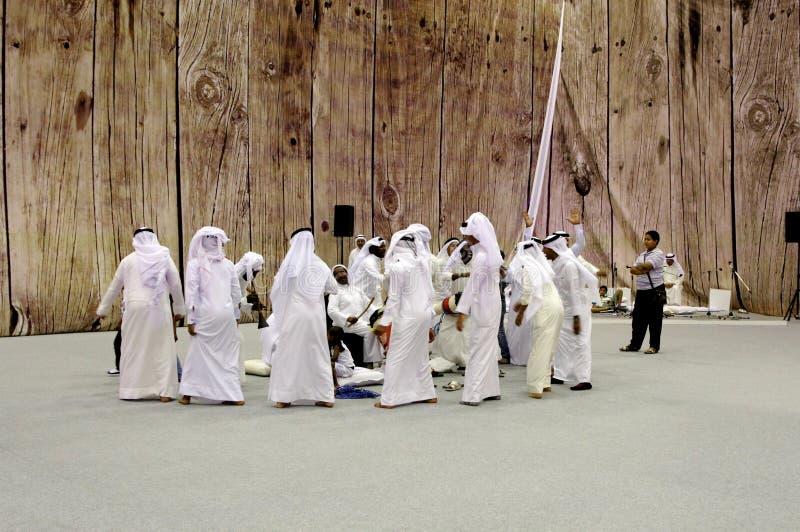 De mensen voeren folklore het parelen liederen uit royalty-vrije stock afbeelding