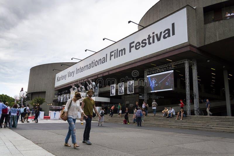 De mensen voor hotel Thermisch tijdens Karlovy variëren internationaal filmfestival op 3 Juli, varieert 2016 in Karlovy, Tsjechis stock foto