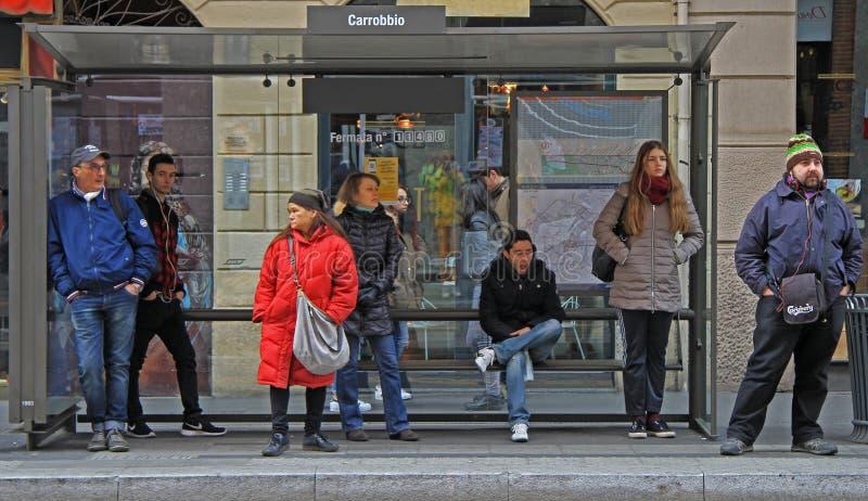 De mensen wachten binnen op bus op eindepost stock foto's