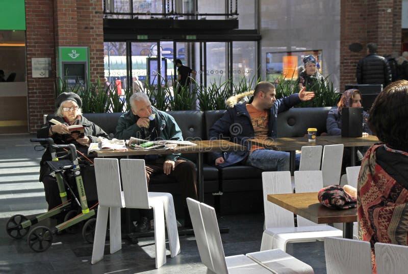 De mensen wachten in de cental stationzaal, Malme stock afbeelding