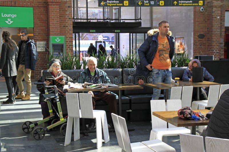 De mensen wachten in de cental stationzaal, Malme stock afbeeldingen