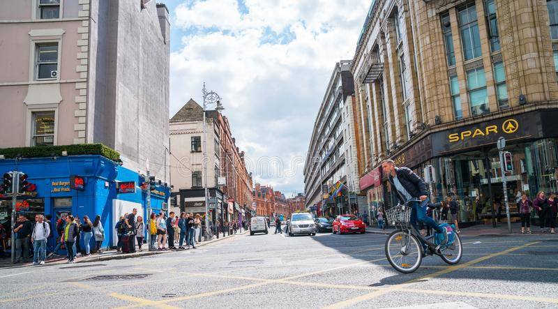 De mensen wachten en kruisen bezige stadskruising royalty-vrije stock fotografie