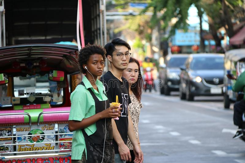 De mensen wachten om de weg bij Sampheng-handelstad, Bangkok, Thailand te kruisen royalty-vrije stock foto