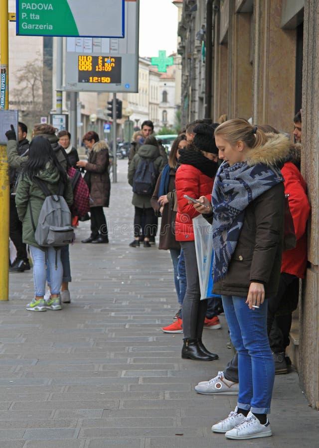 De mensen wachten op bus op einde in Padua stock foto's
