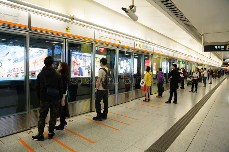 De mensen wachten op een metro stock foto