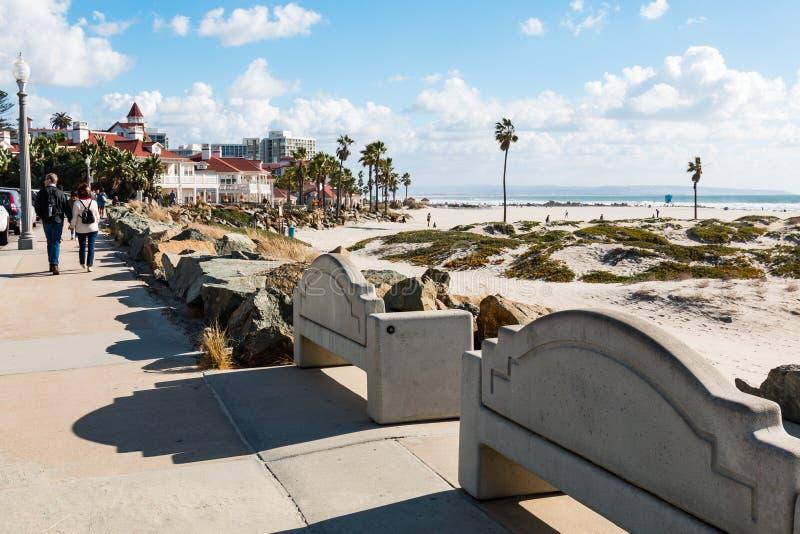 De mensen wandelen op Promenade in Coronado, Californië stock afbeelding