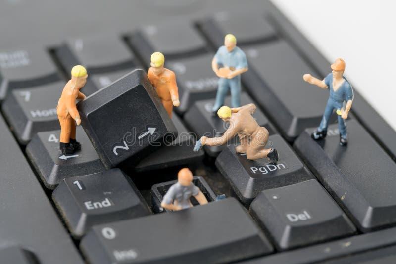 De mensen werken aan Computertoetsenbord stock afbeeldingen