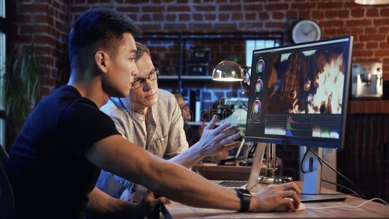 De mensen werken aan video uitgeven van documentaire royalty-vrije stock afbeelding