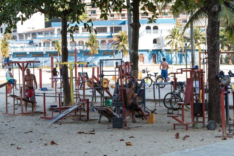 De mensen werken met Spartan Equipment At Outdoor Brazil-Gymnastiek uit stock fotografie