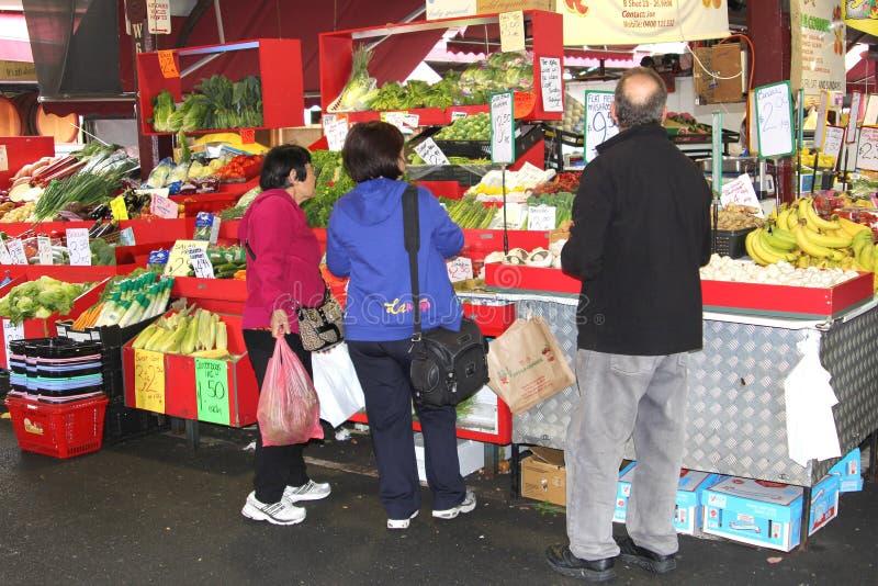 De mensen winkelen bij de Koningin Victoria Market i stock fotografie