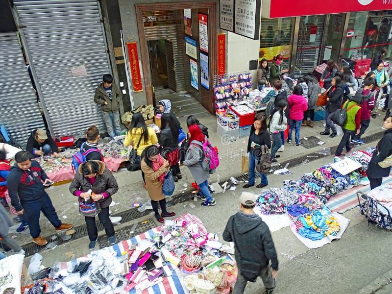 De mensen winkelen in een geïmproviseerde markt op het voetpad van Johnston Road in Hong Kong royalty-vrije stock fotografie