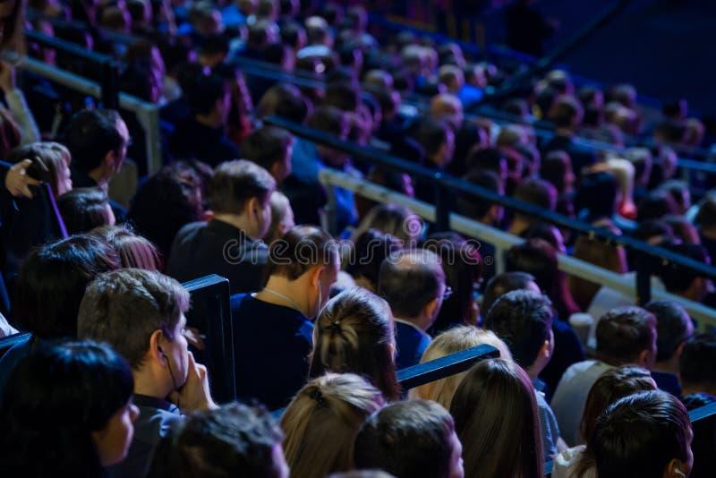 De mensen wonen handelsconferentie in congreszaal bij royalty-vrije stock afbeeldingen