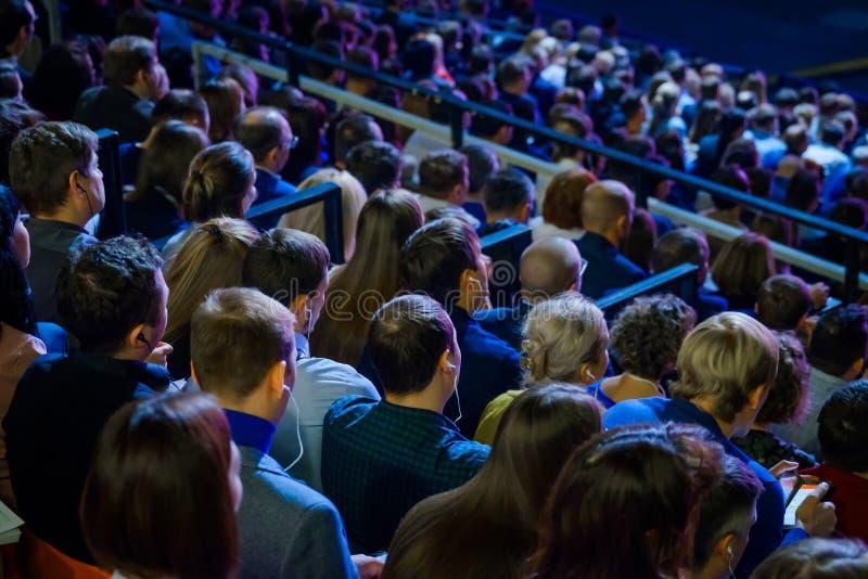De mensen wonen handelsconferentie in congreszaal bij royalty-vrije stock fotografie