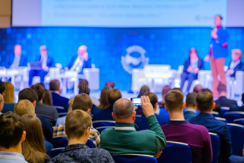 De mensen wonen handelsconferentie in congreszaal bij royalty-vrije stock foto