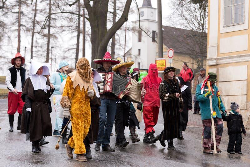 De mensen wonen Masopust Carnaval bij royalty-vrije stock afbeeldingen