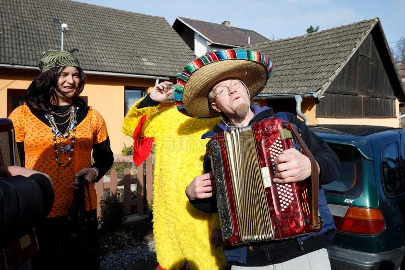 De mensen wonen traditionele Masopust Carnaval bij stock fotografie